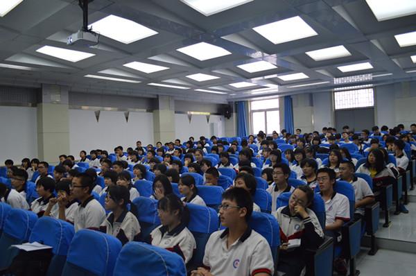 学生观看比赛